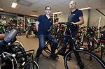 Foto: VidiPhoto<br /> <br /> ULFT – Eigenaar Hans Bulten (r) van Rijwielhandel Frazer uit Ulft, samen met werknemer Geert Lieftink. Geert heeft een beperking en werkt enkele dagen per week bij Frazer.