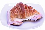 Croissant amb pernil i formatge.  Croissant con jamon y queso