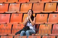 SÃO PAULO, SP, 24 DE FEVEREIRO DE 2013 - CAMPEONATO PAULISTA - PALMEIRAS x UNIÃO BARBARENSE: Torcedora do Palmeiras na arquibancada passa protetor solar em uma tarde de sol muito forte antes da partida Palmeiras x União Barbarense, válida pela 9ª rodada do Campeonato Paulista de 2013, disputada no estádio do Pacaembu em São Paulo. FOTO: LEVI BIANCO - BRAZIL PHOTO PRESS.