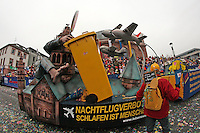 """Fluglärmgegner der """"Aktion für ein lebenswertes Mainz"""" mit ihren Motivwagen am Mainzer Staatstheater - Rosenmontagsumzug in Mainz"""