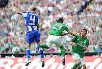 FUSSBALL   1. BUNDESLIGA   SAISON 2011/2012    7. SPIELTAG SV Werder Bremen - Hertha BSC Berlin                   25.09.2011 Roman HUBNIK (l, Berlin) gegen Claudio PIZARRO (Mitte) und Sebastian PROEDL (re, beide Bremen)