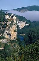 Europe/France/Midi-Pyrénées/46/Lot/Vallée de la Dordogne/Lacave: Brumes sur la vallée et le château de la Treyne