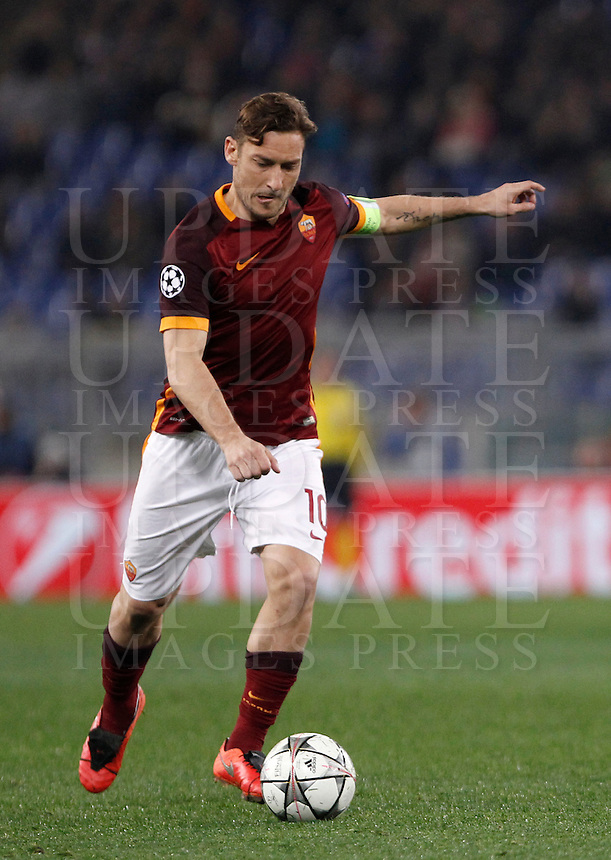 Calcio, andata degli ottavi di finale di Champions League: Roma vs Real Madrid. Roma, stadio Olimpico, 17 febbraio 2016.<br /> Roma's Francesco Totti in action during the first leg round of 16 Champions League football match between Roma and Real Madrid, at Rome's Olympic stadium, 17 February 2016.<br /> UPDATE IMAGES PRESS/Isabella Bonotto