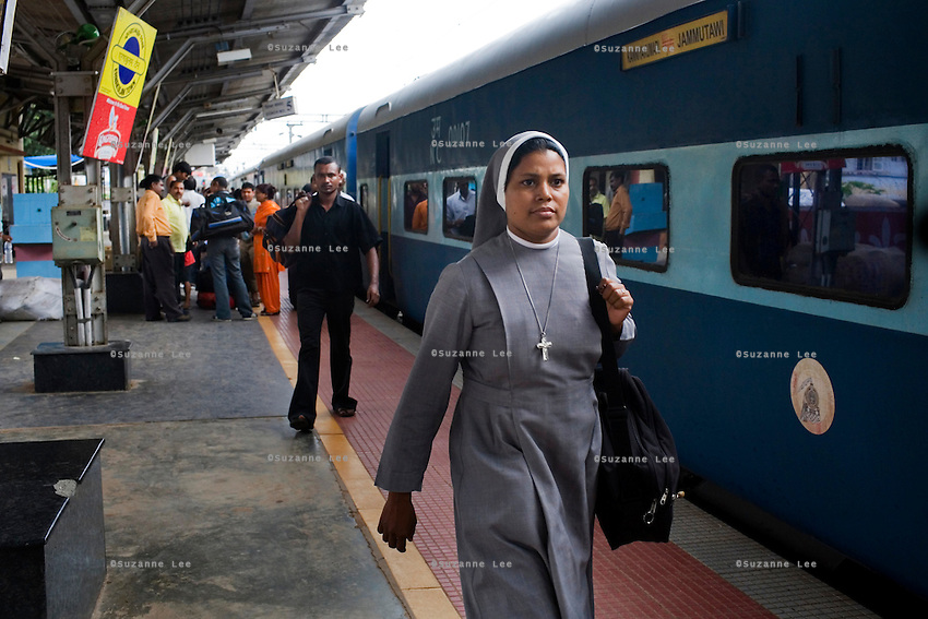 Boarding train passengers search for their coaches on the Himsagar Express 6318 as it stops for 10 min at Ernakulam Stn., Cochin, Kerala on 9th July 2009.. .6318 / Himsagar Express, India's longest single train journey, spanning 3720 kms, going from the mountains (Hima) to the seas (Sagar), from Jammu and Kashmir state of the Indian Himalayas to Kanyakumari, which is the southern most tip of India...Photo by Suzanne Lee / for The National