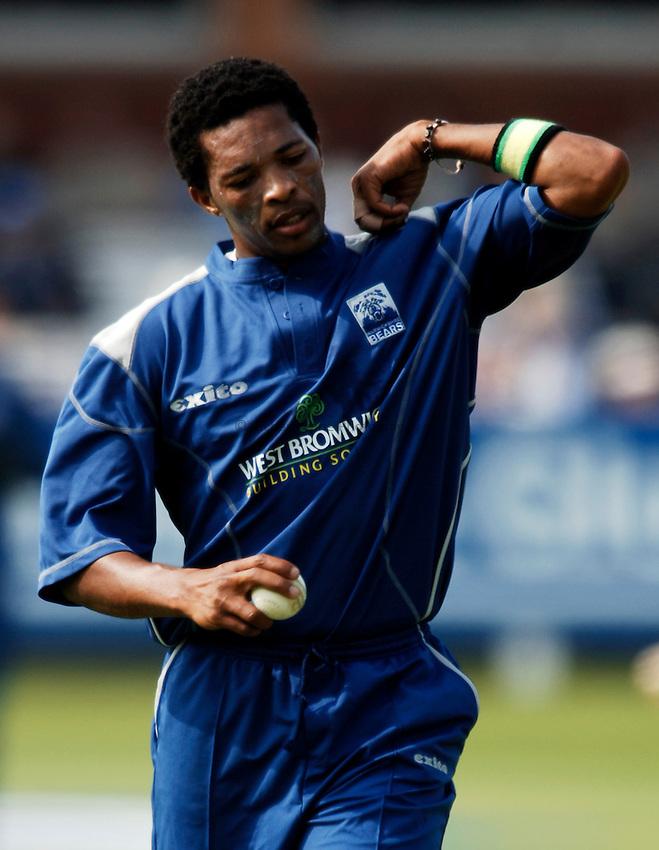 Photo: Glyn Thomas..Hampshire v Warwickshire. C&G Trophy Final..03/09/2005..Warwickshire's Makhaya Ntini.