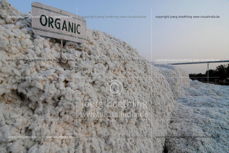 INDIA, Madhya Pradesh , Kasrawad, organic cotton project,  ginning factory, storage place outside for harvested organic cotton for further processing  / INDIEN, biore Biobaumwolle Projekt, Lagerplatz fuer geerntete Baumwolle vor der Entkernungsfabrik