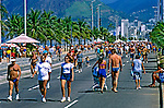 Pessoas caminhando na avenida Vieira Souto. Rio de Janeiro. 1999. Foto de Ricardo Azoury.