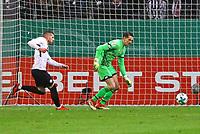 Ante Rebic (Eintracht Frankfurt) macht Druck auf Rene Adler (1. FSV Mainz 05) und leitet das 1:0 ein - 07.02.2018: Eintracht Frankfurt vs. 1. FSV Mainz 05, DFB-Pokal Viertelfinale, Commerzbank Arena