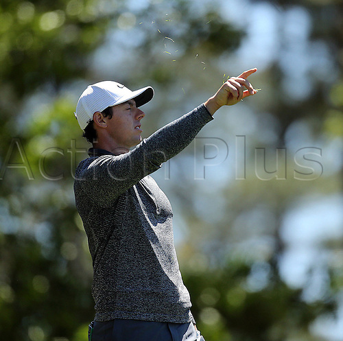 08.04.2016. Augusta, GA, USA - Rory McIlroy checks the wind before he plays his shot from the fourth tee during the second round of the 80th Masters at the Augusta National Golf Club, Friday, April 8, 2016 in Augusta, Ga