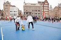 05-04-12, Netherlands, Amsterdam, Tennis, Daviscup, Netherlands-Rumania, Draw, Straattennis voor het paleis op de Dam.