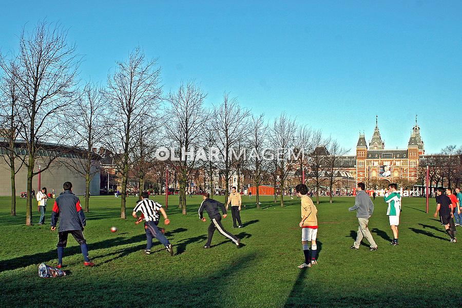 Jogo de futebol na Museumpleim em Amsterdã. Holanda. 2007. Foto de Marcio Nel Cimatti.