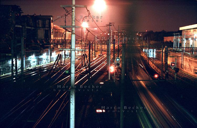 Milano, quartiere Bovisa, periferia nord. La stazione delle Ferrovie Nord con, a sx, le vecchie fabbriche abbandonate --- Milan, Bovisa district, north periphery. Ferrovie Nord railway station and, on the left, the old abandoned factories