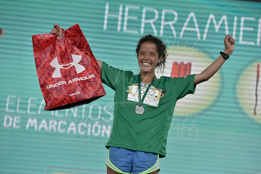 BOGOTÁ -COLOMBIA. 03-04-2016: Daniela Montero Hurtado ganadora de la categoría juvenil en la Carrera Presta Tu Pierna 11K realizada hoy, 2 de abril de 2016, en la ciudad de Bogotá, Colombia./ Daniela Montero Hurtado winner of the youth category of the Presta Tu Pierna 11K race that be held today, April 2 2016, at Bogota city. Photo: VizzorImage/ Gabriel Aponte / Staff