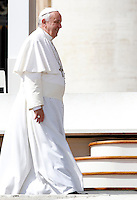 Papa Francesco al termine dell'udienza generale del mercoledi' in Piazza San Pietro, Citta' del Vaticano, 1 aprile 2015.<br /> Pope Francis leaves at the end of his weekly general audience in St. Peter's Square at the Vatican, 1 April 2015.<br /> UPDATE IMAGES PRESS/Isabella Bonotto<br /> <br /> STRICTLY ONLY FOR EDITORIAL USE