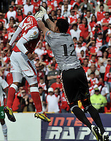 BOGOTA - COLOMBIA-27-04-2013: Wilder Medina (Izq.) jugador del Independiente Santa Fe disputa el balón con Victor Soto (Der.) de Envigado F.C., durante partido en el estadio Nemesio Camacho El Campin de la ciudad de Bogota, abril 27 de 2013. Independiente Santa Fe y Envigado F.C. durante partido por la decimotercera fecha de la Liga Postobon I. (Foto: VizzorImage / Luis Ramirez / Staff).  Wilder Medina (L) player of Independiente Santa Fe fights for the ball with Victor Soto (R) of Envigado F.C. during game in the Nemesio Camacho El Campin stadium in Bogota City, April 27, 2013. Independiente Santa Fe and Envigado F.C. in a match for the thirteenth round of the Postobon League I. (Photo: VizzorImage / Luis Ramirez / Staff).