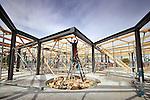 DELFT - In Delft werken medewerkers van bouwbedrijf de Vries en Verburg uit Stolwijk aan de nieuwe Brede School Harnaschpolder. In opdracht van de ondermeer de gemeente ontwierp Arie Blokland en Hans Buiting een groot rond gebouw waarin ruimte is voor een basisschool, kinderdagverblijf en buitenschoolse opvang. De school wordt gebouwd in de gelijknamige woonwijk Harnaschpolder waar ongeveer 1300 woningen gepland zijn. De andere opdrachtgevers zijn de Laurentiusstichting, Librijn openbaar onderwijs, PCBO onderwijs en Octopus Kinderopvang. COPYRIGHT TON BORSBOOM