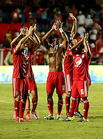 CALI - COLOMBIA - 09 - 05 - 2016: Los jugadores de America de Cali, se retiran del campo al final del partido por la fecha 13 del Torneo Aguila I 2016, entre America de Cali y Real Cartagena, jugado en el estadio Pascual Guerrero de la ciudad de Cali. / The players of America de Cali, leave the field at the end of the match for the date 13 for the Torneo Aguila I 2016, between America de Cali and Real Cartagena played at the Pascual Guerrero stadium in Cali city. Photo: VizzorImage / Juan C. Quintero / Cont.