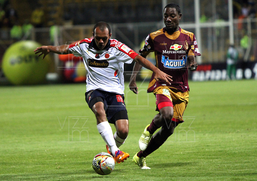 BOGOTA - COLOMBIA - 27-05-2015: Avimeled Rivas (Der)  del Deportes Tolima  disputa el balon contra Juan Perez  del Independiente Medellin   , durante partido  por la semifinal ida  entre Deportes Tolima  e Independiente  Medellin  de la Liga Aguila I-2015, en el estadio Metroplitano de Techo  de la ciudad de Bogota. / Avimeled Rivas  (R) Deportes Tolima Juan Perez  fights for the ball against Independiente Medellin, during the first leg semifinal match between Deportes Tolima and Independiente Medellin of Aguila League I-2015, play match in the Metropolitano de Techo Stadium  in Bogota city, Photo: VizzorImage / Felipe Caicedo / Staff.