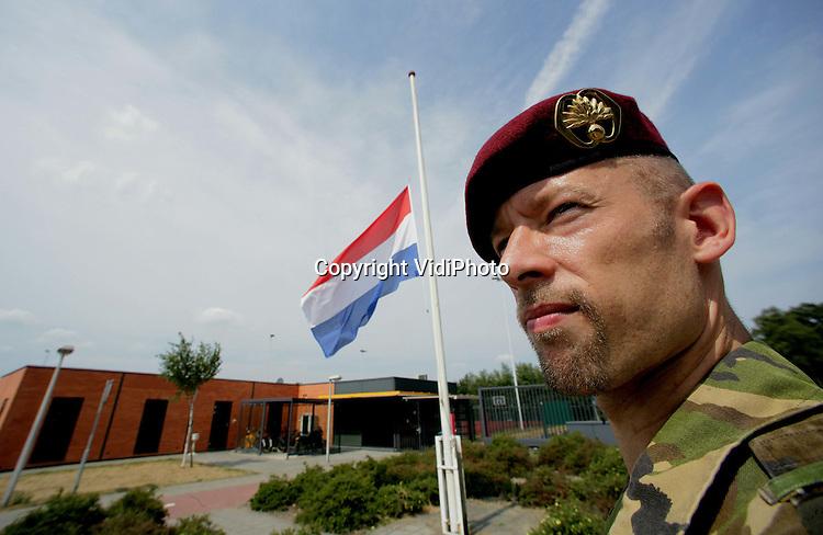 Foto: VidiPhoto..SCHAARSBERGEN - Op de Oranjekazerne in Schaarsbergen hangt vrijdag de vlag halfstok. De legerplaats is de thuisbasis van sergeant Bart van Boxtel (29), een van de twee Nederlandse militairen die donderdag bij een helicrash in Afghanistan om het leven kwam. Van Boxtel werkte voor het 11e luchtmobiele bataljon van de Luchtmobiele Brigade van de Koninklijke Landmacht.