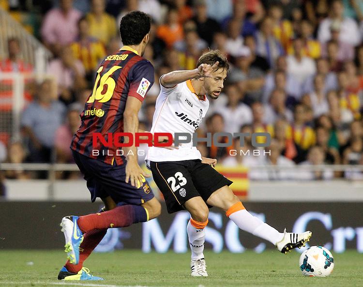 Valencia's Sergio Canales (r) and FC Barcelona's Sergio Busquets during La Liga match.September 1,2013. Foto © nph / Acero)