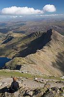United Kingdom, Wales, Gwynedd, near Llanberis: view from summit of Snowdon (Yr Wyddfa) to Llyn Llydaw and Y Lliwedd ridge, in Snowdonia National Park | Grossbritannien, Wales, Gwynedd, bei Llanberis, Snowdonia: Blick vom Gipfel des Snowdon, Wales hoechstem Berg (1085 m), im Snowdonia National Park, zur Llyn Llydaw and Y Lliwedd Ridge im Snowdonia National Park