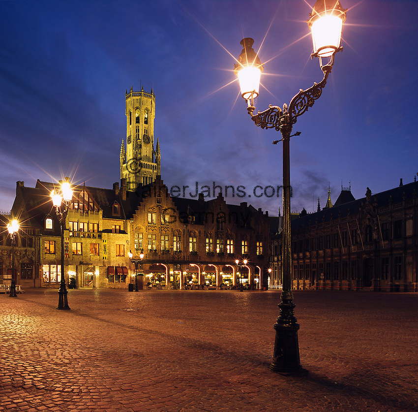 Belgium, West-Flanders, Bruges: The Burg Square with Bell Tower at Night | Belgien, Westflandern, Provinzhauptstadt Bruegge: Burg Platz mit dem Belfried am Abend