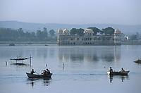 """Asie/Inde/Rajasthan/Jaipur: Pêcheurs sur le lac devant le """"Water Palace"""""""
