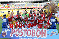 BOGOTA -COLOMBIA- 6 -10--2013.Formacion   del Independiente Santa Fe antes de su encuentro   contra el Once Caldas balon , partido correspondiente a la catorceava  fecha de La Liga Postobon segundo semestre jugado en el estadio El Campin / . Formation of Independiente Santa Fe before their match against Once Caldas ball, game in the fourteenth day of the second semester Postobon  League  played at El Campin.Photo: VizzorImage / Felipe Caicedo / Staff