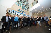 CULTUUR: SNEEK: 29-05-2015, Fries Scheepvaart Museum, onthulling portretten van ruim tachtig SKS skûtsjeschippers uit het vleugelklassement geschilderd op een oude witte fok van het Statenjacht door oud skûtsjschipper Anne Tjerkstra uit Goïngarijp, de aanwezige SKS schippers poseren voor de fok, ©foto Martin de Jong