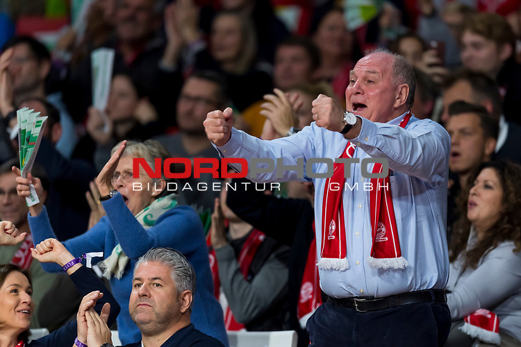 10.11.2019, Allianz Arena, Muenchen, GER, 1.FBL,  FC Bayern Muenchen vs. Borussia Dortmund, DFL regulations prohibit any use of photographs as image sequences and/or quasi-video, im Bild Uli Hoeness (Praesident FCB) jubelt mit Susanne Hoeness<br /> <br />  Foto © nordphoto / Straubmeier