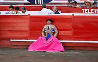 MANIZALES - COLOMBIA  - 07-01-2015: Santiago Naranjo, torero espera al toro durante una corrida de toros en la Plaza de toros de Manizales, departamento de Caldas, Colombia en el marco de la Feria de Manizales.  / Santiago Naranjo, colombian bullfighter waits  the bull  during a bullfight at the Manizales bullring, in Caldas department Colombia on in the framework of Fair of manizales.  PHOTO: VizzorImage / Santiago Osorio / Str