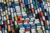 Autos fuer Afrika: EUROPA, DEUTSCHLAND, HAMBURG, (EUROPE, GERMANY), 09.10.2008:Hamburger Hafen, Kleiner Grassbrook, Gebrauchtwagen,  warten auf Schiffstransport in das Ausland, Export, Bus, Kleinbus, Transportmittel fuer Afrika, Schrott, Verwertung, Reihe, warten, anstehen, Abtransport, voll, belegt, Parkplatz, Raumnot, Lager, Logistik, CO2, Benzin, Diesel, Treibstoff, Schlange, farbig, Daecher,