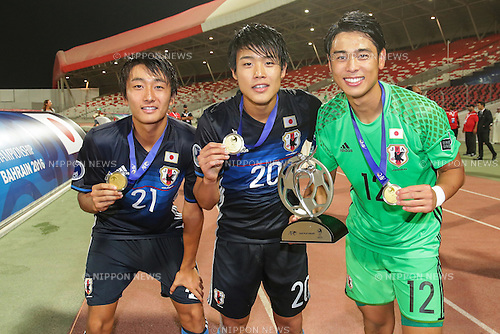 (L-R) Teruki Hara, Yuto Iwasaki, Riku Hirosue (JPN), OCTOBER 30, 2016 - Football / Soccer : Teruki Hara, Yuto Iwasaki and Riku Hirosue of Japan celebrate after winning the AFC U-19 Championship Bahrain 2016 Final match between Japan 0(5-3)0 Saudi Arabia at Bahrain National Stadium in Riffa, Bahrain. (Photo by AFLO)