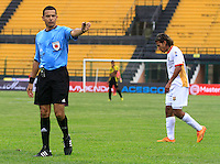 FLORIDABLANCA -COLOMBIA, 11-02-2015.  Jorge Sierra arbitro señala una falta durante el encuentro entre Alianza Petrolera y Aguilas Pereira por la fecha 3 de la Liga Aguila I 2015 disputado en el estadio Alvaro Gómez Hurtado de la ciudad de Floridablanca./ Jorge Sierra referee signs a fault durng the match between Alianza Petrolera and Aguilas Pereira for the third date of the Aguila League I 2015 played at Alvaro Gomez Hurtado stadium in Floridablanca city Photo:VizzorImage / Duncan Bustamante / STR