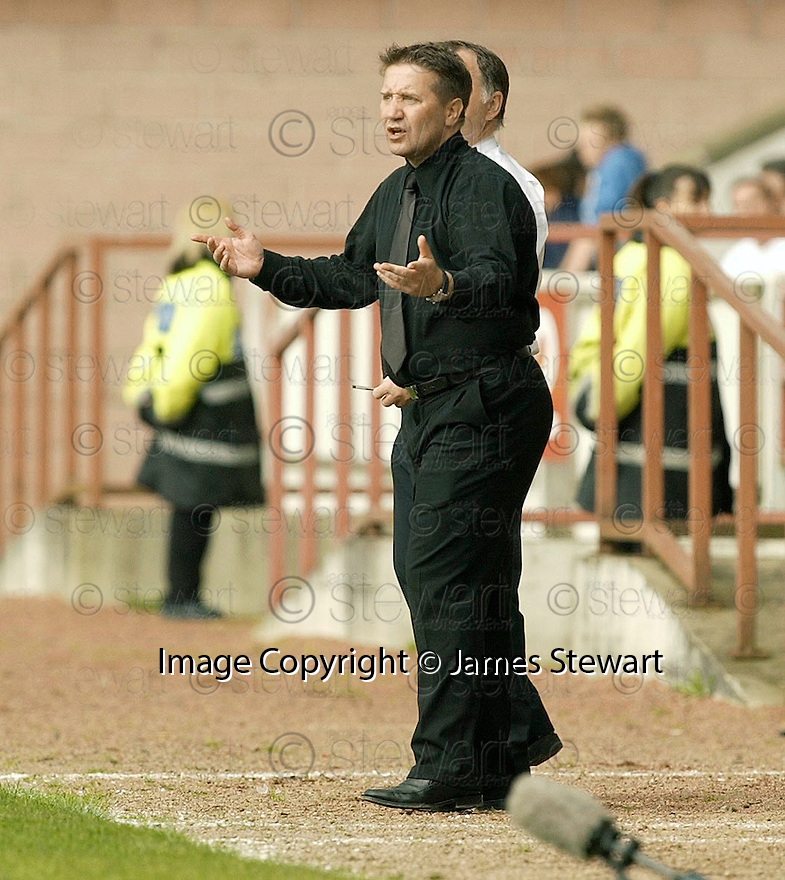 20040509    Copyright Pic: James Stewart.File Name : jspa25_clyde_v_ict.INVERNESS CALEY BOSS JOHN ROBERTSON SHOUTS OUT HIS INSTRUCTIONS TO HIS PLAYERS.....James Stewart Photo Agency 19 Carronlea Drive, Falkirk. FK2 8DN      Vat Reg No. 607 6932 25.Office     : +44 (0)1324 570906     .Mobile  : +44 (0)7721 416997.Fax         :  +44 (0)1324 570906.E-mail  :  jim@jspa.co.uk.If you require further information then contact Jim Stewart on any of the numbers above.........