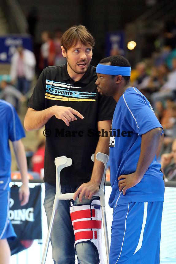 Der verletzte Kapitän Marius Nolte gibt Dawan Robinson (Skyliners) Tipps - Fraport Skyliners vs. EWE Baskets Oldenburg, Fraport Arena Frankfurt