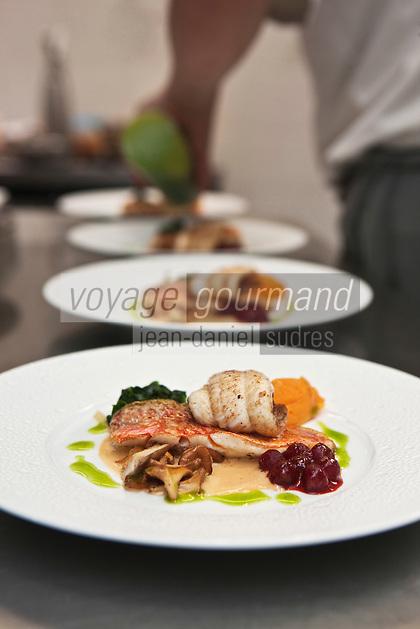 Europe/France/Bretagne/56/Morbihan/Port-Louis:    de Patrice Gahinet  dresse les assiettes en cuisine - Restaurant: Avel-Vor