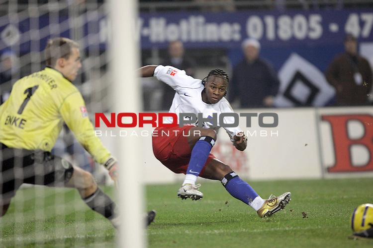 BL 2004/2005 -  16. Spieltag - Hinrunde<br /> <br /> Hamburger Sportverein ( HSV ) vs Hannover 96 2:0<br /> <br /> Emile Mpenza / Hamburg und Torwart Roland Enke<br /> <br /> Foto &copy; nordphoto <br /> <br /> <br /> <br />  *** Local Caption *** Foto ist honorarpflichtig! zzgl. gesetzl. MwSt.<br /> <br />  Belegexemplar erforderlich<br /> <br /> Adresse: nordphoto<br /> <br /> Georg-Reinke-Strasse 1<br /> <br /> 49377 Vechta