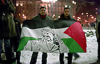 Milano, manifestazione contro l'attacco di Israele alla Striscia di Gaza. Una bandiera della palestina con l'immagine di Yasser Arafat --- Milan, demonstration against the attack of Israel to the Gaza Strip. A flag of palestine with the image of Yasser Arafat
