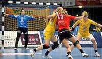 Handball Frauen / Damen  / women 1. Bundesliga - DHB - HC Leipzig : Frankfurter HC - im Bild: energische Abwehr der Leipzigerinnen -  Sara Eriksson packt zu. Foto: Norman Rembarz .