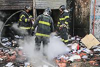 SAO PAULO, SP, 25 DE MAIO 2013 - INCENDIO ESCRITORIO CONTABILIDADE - Incendio em escritorio de contabilidade na mobilizou 4 viaturas do Corpo do Bombeiros e nao deixou feridos na Av Alcantara Machado (Radial Leste ) sentido centro na tarde deste sabado, 25. FOTO: VANESSA CARVALHO - BRAZIL PHOTO PRESS.
