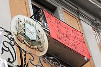 """Lo stemma della Somalia all'esterno dell'ex ambasciata di Somalia a Roma, 29 dicembre 2010..Circa 200 rifugiati somali vivono in condizioni igieniche precarie nell'edificio che ospitava l'ambasciata e che e' stato abbandonato dopo la caduta del governo somalo negli anni Novanta..The Somalian coat of arms  is seen past a banner reading """"In Italy there is not justice for us"""", outside of the former Somalian embassy in Rome, 29 december 2010. About 200 refugees live  in precarious hygienic conditions in the building, which is still the property of the Somali government but was abandoned after the collapse of the government in Mogadishu in the 1990s..© UPDATE IMAGES PRESS/UPDATE IMAGES PRESS/Riccardo De Luca"""