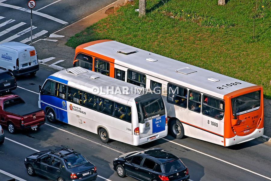 Transporte  público, ônibus e micro ônibus. São Paulo. 2007. Foto de Juca Martins.