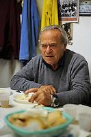 Ugo Egizi, tornitore, lathe turner..Vecchi amici. Old friends..Nello storico quartiere di San Lorenzo a Roma, un gruppo di amici si riunisce per pranzo,nella falegnameria di Graziano Azzurri.L' occasione è il compleanno di Vincenzo, 76 anni ex tassista..In the historic district of  San Lorenzo in Rome, a group of friends meets for lunch, in carpentry of Graziano Azzurri. On the occasion of the birthday of  Vincenzo, 76 years ex taxi driver....