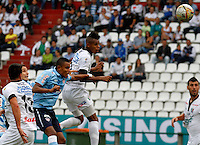 MANIZALES -COLOMBIA, 19-07-2015. Harrison Henao (Der) de Once Caldas disputa el balón con William J. Tesillo (Izq) de Atlético Junior por la fecha 2 de Liga Águila II 2015 jugado en el estadio Palogrande de la ciudad de Manizales./  Harrison S. Henao (R) player of Once Caldas fights for the ball with William J. Tesillo (L) player of Atletico Junior during match for the second date of the Aguila League II 2015 played at Palogrande stadium in Manizales city. Photo: VizzorImage/Santiago Osorio/Cont