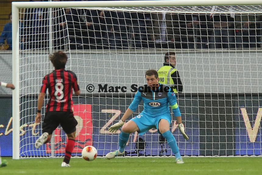 Takashi Inui (Eintracht) scheitert an Cedric Carrasso (Bordeaux) - 1. Spieltag der UEFA Europa League Eintracht Frankfurt vs. Girondins Bordeaux