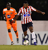 ENVIGADO - COLOMBIA, 21-08-2019: Wilmar Jordan de Envigado F. C. y Luis Narváez de Atlético Junior disputan el balón durante partido entre Envigado F. C. y Atlético Junior de la fecha 8 por la Liga Águila II 2019, en el estadio Polideportivo Sur de la ciudad de Envigado. / Wilmar Jordan of Envigado F. C. and Luis Narvaez of Atletico Junior fight for the ball, during a match between Envigado F. C. and Atletico Junior of the 8th date for the Aguila Leguaje II 2019 at the Polideportivo Sur stadium in Envigado city. Photo: VizzorImage / León Monsalve / Cont.