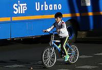 BOGOTÁ - COLOMBIA 22-09- 2015: Un ciclista, hoy durante el tercer Día sin Carro 2015. A biker  today during the third Car Free Day in Bogotá 2015. Photo: VizzorImage / Gabriel Aponte / Staff