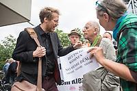 """Der Immobilienkonzern """"Deutsche Wohnen"""" will einen denkmalgeschuetzten Wohnblock mit 527 Wohnungen im Kreuzberger Milieuschutzgebiet kaufen.In dem Wohnblock in der Friedrichstrasse leben ca.1500 Menschen. Die Immobilien-Agentur Engel & Voelkers will den Block mit 22 Wohnhaeusern aus den 1970er Jahren im Auftrag einer Koelner Unternehmensgruppe als sog. Share-Deal verkaufen. Dies hebelt die Beschraenkungen im Milieuschutzgebiet aus, die Stadt koennte nicht von ihrem Vorkaufsrecht Gebrauch machen und und der Staat bekaeme auf Grund eine legalen Steuertricks keine Grunderwerbsteuer.<br /> Dagegen gingen am Freitag den 31. Mai 2019 Bewohner des Wohnblocks auf die Strasse.<br /> Im Bild: Kreuzbergs Baustadtrat Florian Schmidt (Gruene), links, im Gespraech mit einem Anwohner.<br /> 31.5.2019, Berlin<br /> Copyright: Christian-Ditsch.de<br /> [Inhaltsveraendernde Manipulation des Fotos nur nach ausdruecklicher Genehmigung des Fotografen. Vereinbarungen ueber Abtretung von Persoenlichkeitsrechten/Model Release der abgebildeten Person/Personen liegen nicht vor. NO MODEL RELEASE! Nur fuer Redaktionelle Zwecke. Don't publish without copyright Christian-Ditsch.de, Veroeffentlichung nur mit Fotografennennung, sowie gegen Honorar, MwSt. und Beleg. Konto: I N G - D i B a, IBAN DE58500105175400192269, BIC INGDDEFFXXX, Kontakt: post@christian-ditsch.de<br /> Bei der Bearbeitung der Dateiinformationen darf die Urheberkennzeichnung in den EXIF- und  IPTC-Daten nicht entfernt werden, diese sind in digitalen Medien nach §95c UrhG rechtlich geschuetzt. Der Urhebervermerk wird gemaess §13 UrhG verlangt.]"""