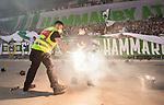 Stockholm 2015-08-24 Fotboll Allsvenskan Djurg&aring;rdens IF - Hammarby IF :  <br /> Personal p&aring; Tele2 Arena l&auml;gger en brinnande bengal i en hink inf&ouml;r matchen mellan Djurg&aring;rdens IF och Hammarby IF <br /> (Foto: Kenta J&ouml;nsson) Nyckelord:  Fotboll Allsvenskan Djurg&aring;rden DIF Tele2 Arena Hammarby HIF Bajen supporter fans publik supporters r&ouml;k bengal bengaler